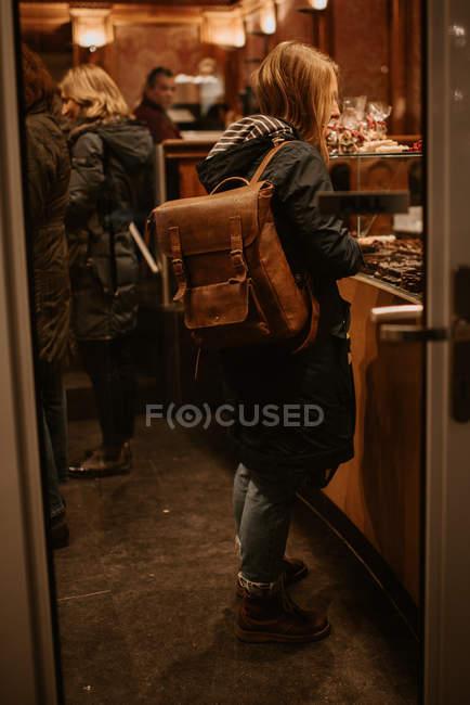 Pessoas na padaria armazenar, mulher olhando shopfront — Fotografia de Stock