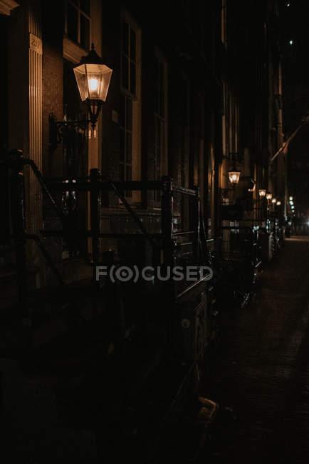 Типичная улица Амстердама с ночным освещением — стоковое фото