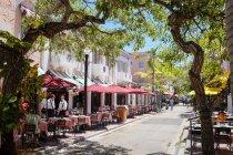 Restaurants and shops on Espanola Way — Stock Photo