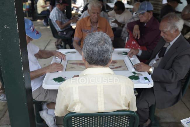 Senioren spielen Domino — Stockfoto