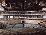 Інтер'єр порожній зал з рядами сидінь та пілони скорочень на тлі — стокове фото