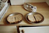 Brotscheiben auf Metallplatten auf der Küchentheke — Stockfoto