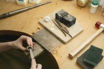 Mani di raccolto che modellano dettaglio in metallo con strumento — Foto stock