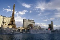 High angle view of fountain on background Las Vegas buildings and Eiffel tower — Stock Photo