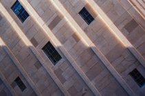 Perspectiva inclinada de la fachada del edificio con ventanas - foto de stock