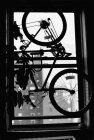 Silhouette de vélo suspendu dans la fenêtre — Photo de stock