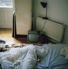 Vintage-TV-Set inmitten chaotischer Schlafzimmer — Stockfoto