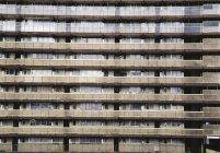 Blick auf graues Wohnhaus außen — Stockfoto