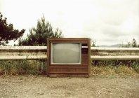 Televisione dell'annata su percorso sterrato alla campagna — Foto stock