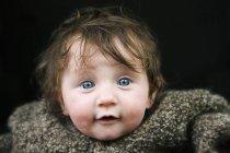 Un bebé en un suéter caliente - foto de stock