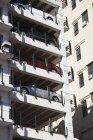 Внешний вид припаркованных автомобилей на многоэтажной парковке — стоковое фото