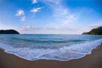Панорамный вид на тропический залив моря — стоковое фото