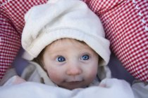 Ein Baby mit Kapuzenshirt, das nach oben schaut — Stockfoto