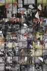 Velhos cartazes de peeling atrás da cerca de arame — Fotografia de Stock