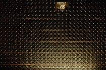 Полная пачка бутылок шампанского в винном погребе — стоковое фото