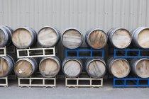 Reihen von gestapelten Weinfässer im Weingut — Stockfoto