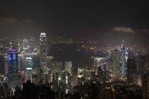 Панорамный вид на освещенный небоскребы ночью — стоковое фото