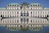 Екстер'єр верхній палац Бельведер, що відображають у фонтан — стокове фото