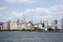 Paisagem urbana do horizonte de Manhattan contra nuvens leves — Fotografia de Stock