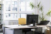 Мирное и пустое рабочее место в офисе — стоковое фото