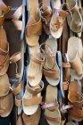 Sandalias de cuero tradicionales en venta - foto de stock