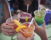Image recadrée de personnes buvant des boissons en plein air — Photo de stock