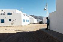 Ilhas Canárias, Espanha - 12 de fevereiro de 2013: homem encostado a parede na cena de rua — Fotografia de Stock