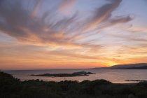 Vue panoramique du paysage marin avec coucher de soleil nuageux — Photo de stock