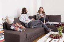 Pareja pasar tiempo libre en la sala de estar - foto de stock