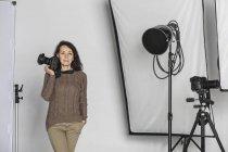 Retrato del fotógrafo mujer madura con cámara en el estudio de la foto - foto de stock