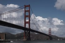 Exterior view of Golden Gate Bridge over cloudy sky — Photo de stock