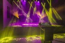 Звуковой микшер и стадии в освещенной студии — стоковое фото