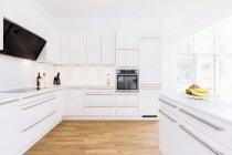 Современный дизайн кухни с белые шкафы — стоковое фото