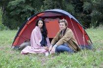 Porträt eines jungen Paares in der Nähe eines Kuppelzeltes in der Natur — Stockfoto