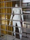 Голі манекен в магазин вікна з смугами — стокове фото