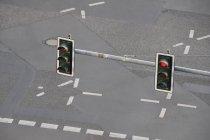 Zwei rote Ampeln über Asphaltstraße — Stockfoto