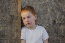 Rapaz atencioso olhando para a parede — Fotografia de Stock