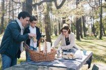 Famille de préparation pour le petit déjeuner dans la forêt ensoleillée — Photo de stock