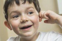 Primo piano di ragazzo felice raccogliendo orecchio — Foto stock