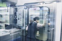 Вид сзади женского железнодорожного инженера, глядя через окно — стоковое фото