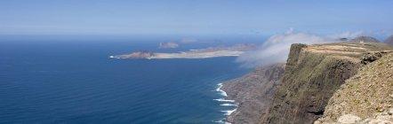Vista panoramica dell'isola di La Graciosa vista dalle scogliere di Lanzarote — Foto stock