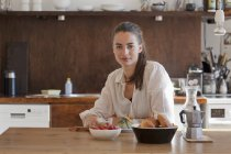 Портрет молодої жінки сидять в обіднього стола — стокове фото