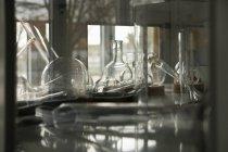 Verrerie de laboratoire sur étagères — Photo de stock