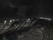 Рисунок безоблачного неба над горным хребтом — стоковое фото