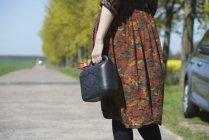 Mittelteil der jungen Frau, die mit Gas kann auf Straße — Stockfoto