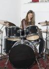Счастливая молодая женщина играет на барабанах — стоковое фото