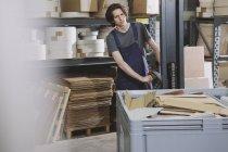 Porträt des jungen männlichen Arbeitnehmer Maschine im Werk in Betrieb — Stockfoto