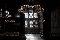 Lampadari appesi in un interno ombreggiato della Moschea Blu, Istanbul, Turchia — Foto stock