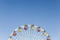 Riesenrad gegen strahlend blauen Himmel — Stockfoto