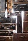 Plein cadre tiré de vieilles valises sur blanc — Photo de stock